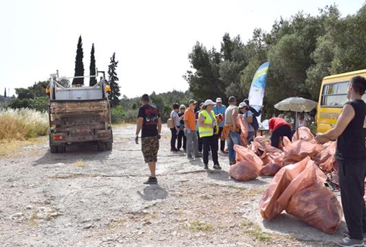 Εθελοντές καθάρισαν τον λόφο Κόκκου  στο πλαίσιο της συμμετοχής του Δήμου Γαλατσίου στο 'Let's do it Greece'